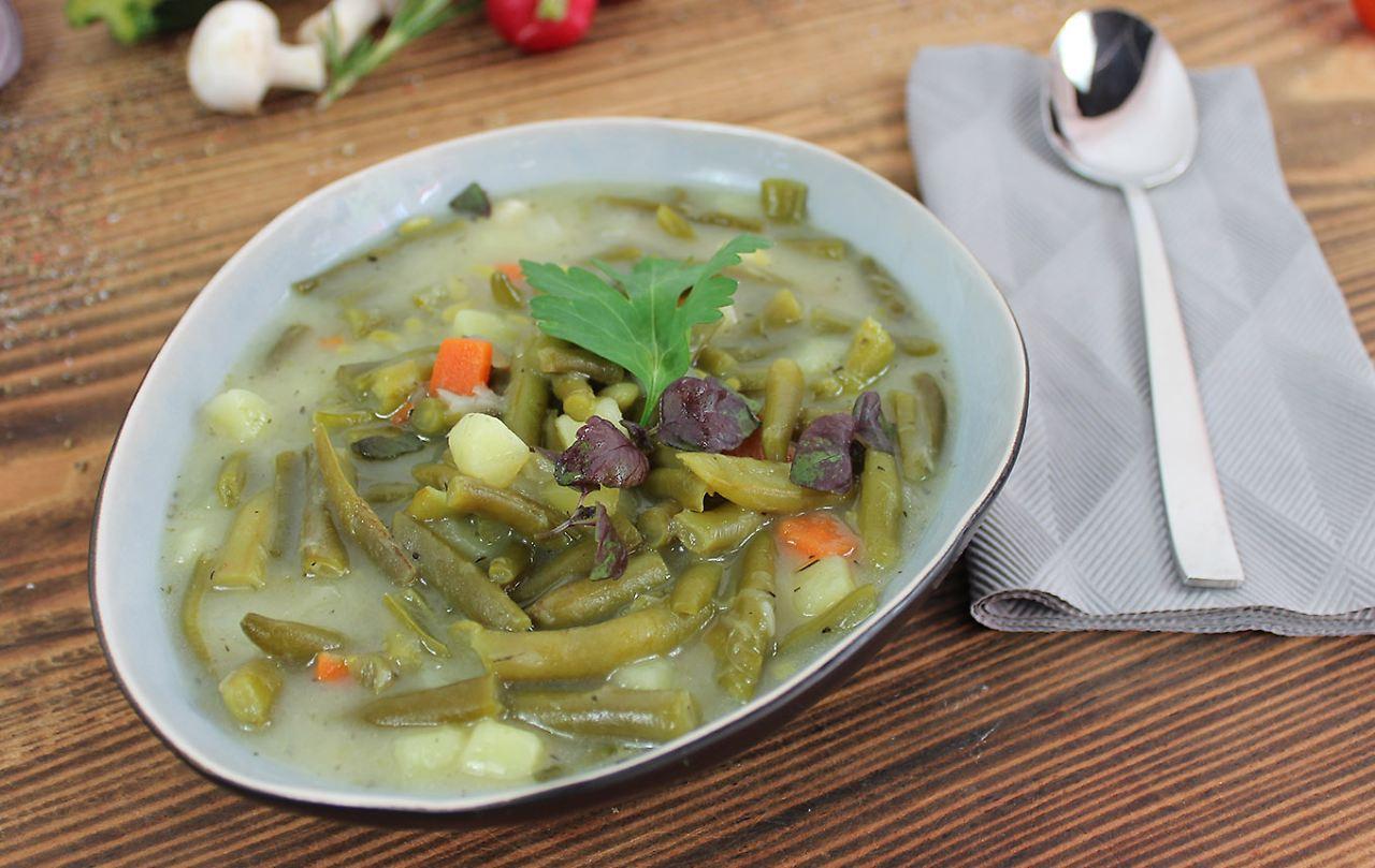 Eintopf von gruenen Bohnen mit Sellerie Karotten und Kartoffelwuerfel